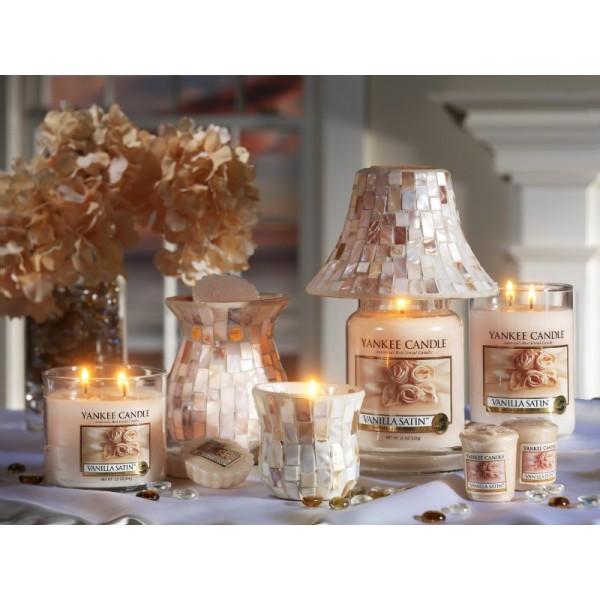 vanilla satin bougie vanille satin yankee candle en petite jarre. Black Bedroom Furniture Sets. Home Design Ideas